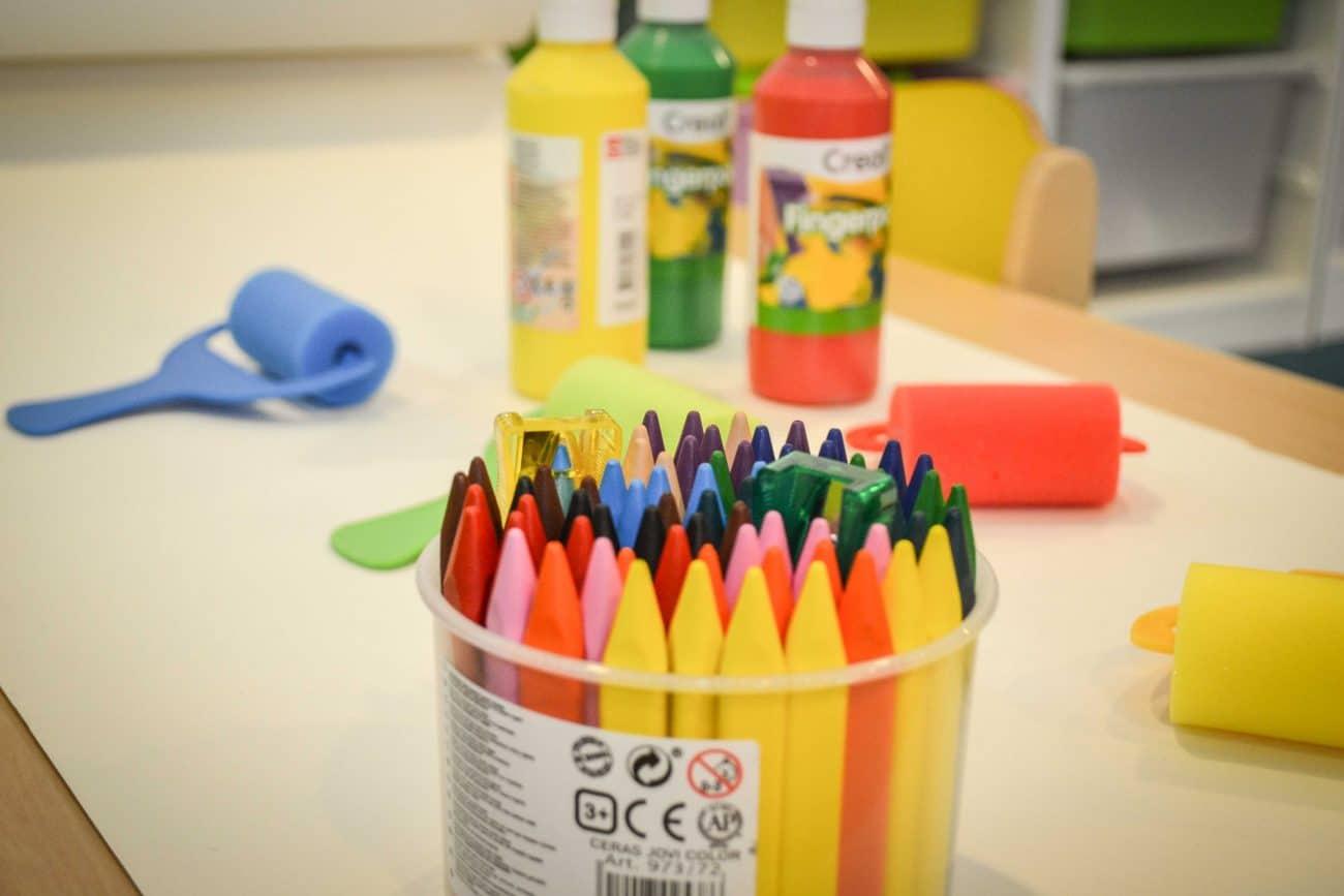Activités pour les enfants crayons et peinture - Micro-crèche Rouen Granny
