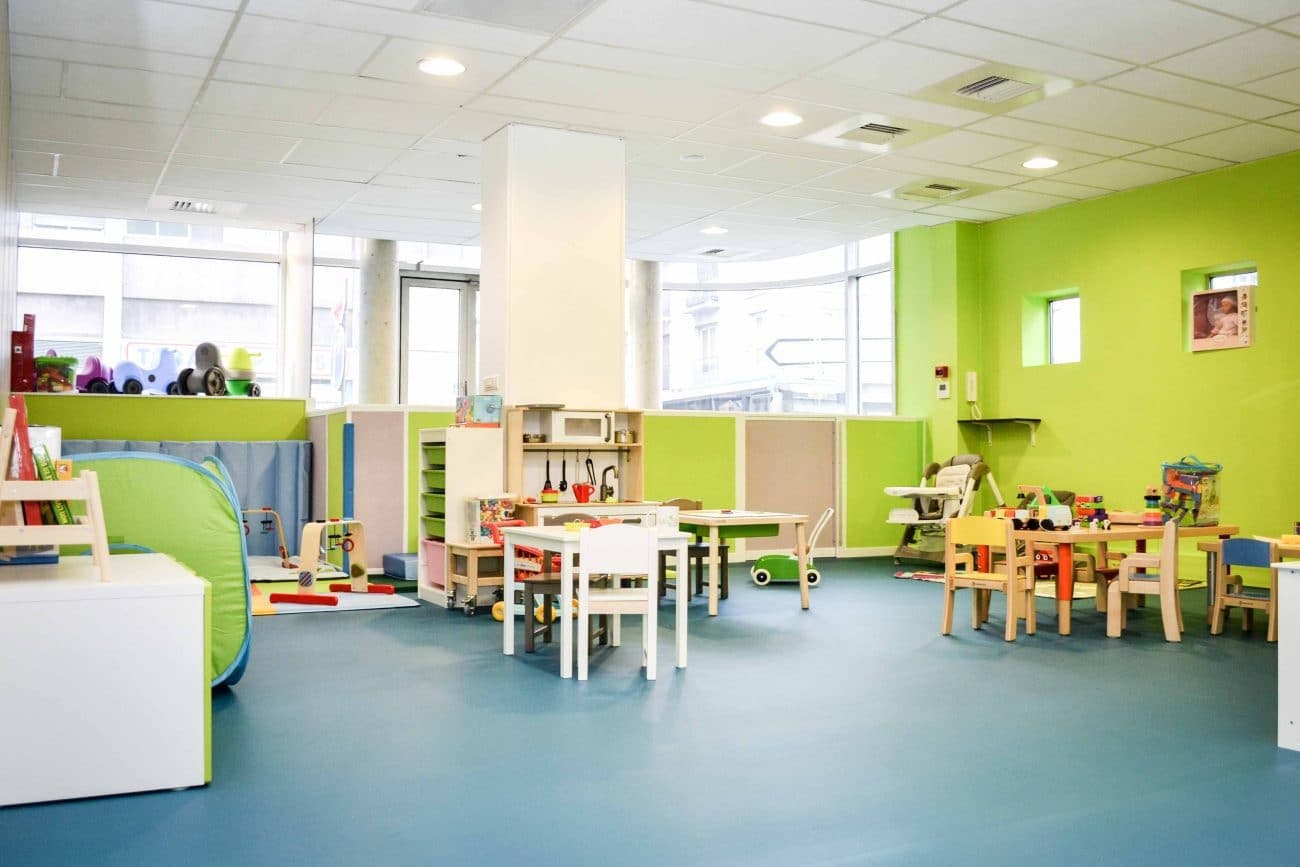 Salle de jeux avec tables - Activités pour les enfants - Micro-crèche Rouen Granny