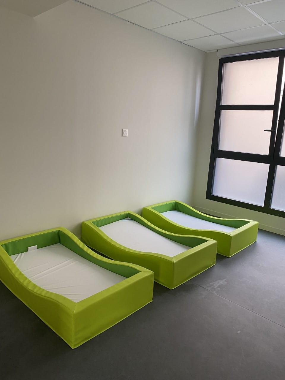 Dortoir avec lits verts micro crèche rouen